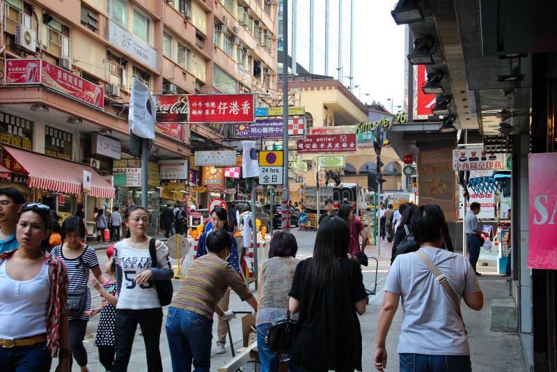 Торговая улица в Гонконге толпилась с пешеходами стоковая фотография