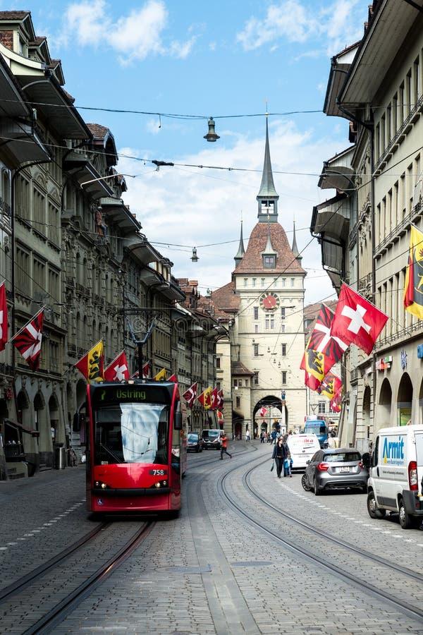 Торговая улица в старом средневековом городе Bern, Швейцарии В 1983 исторический старый городок в центре Bern, Швейцарии стоковое фото rf