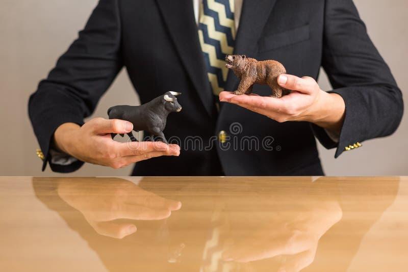Торговец сидя перед деревянным столом стоковые фотографии rf