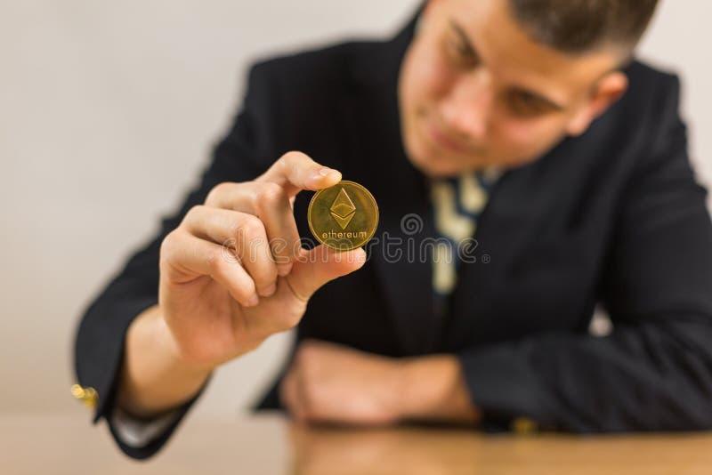 Торговец сидя перед деревянным столом стоковое изображение rf