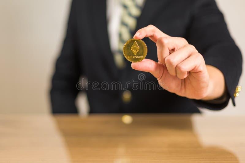 Торговец сидя перед деревянным столом стоковая фотография