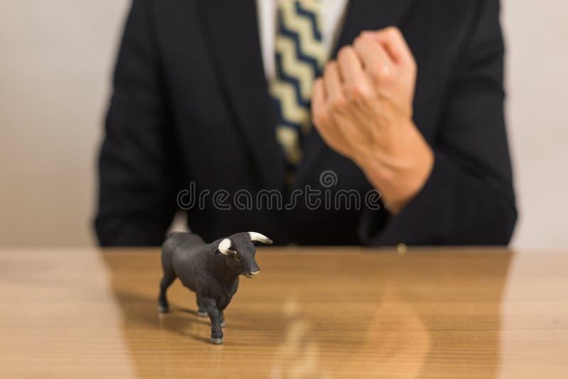 Торговец сидя перед деревянным столом стоковое фото