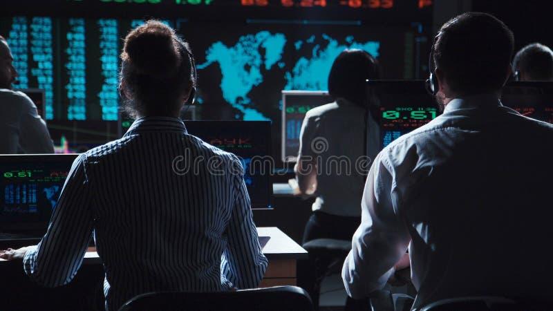 Торговцы анализируя данные на обмене стоковое изображение