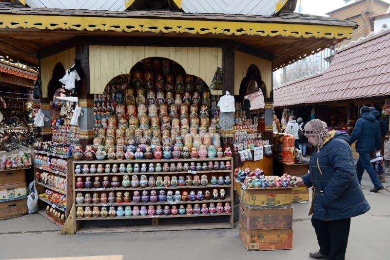 Торговые куклы на рынке Vernisazh в Izmailovo стоковое фото rf