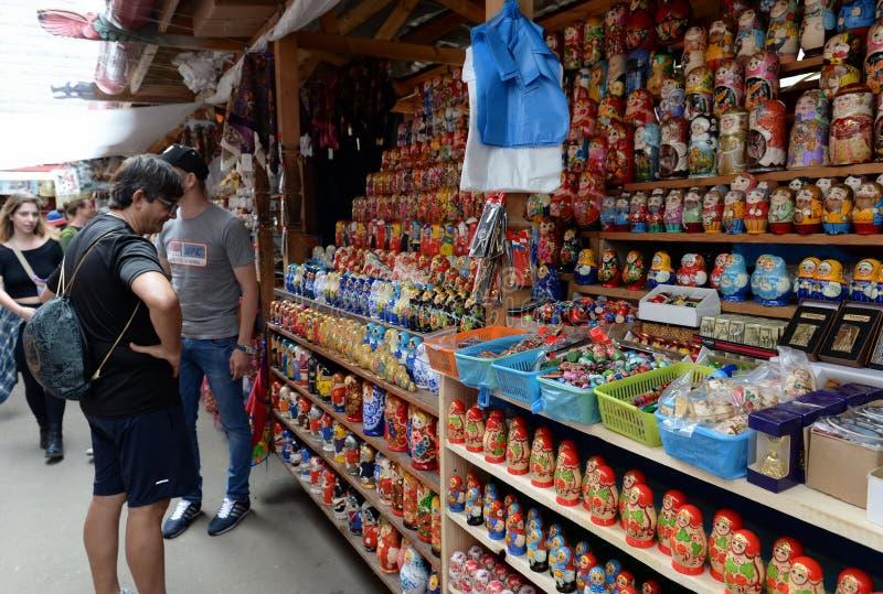 Торговые matryoshkas на рынке в Izmailovo Кремле стоковое фото
