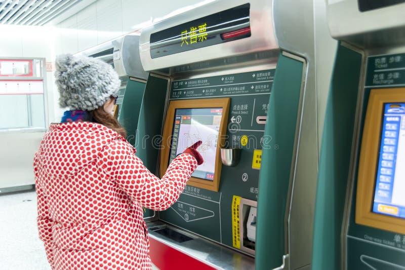 Торговый автомат билета молодой женщины и метро (AFC) стоковая фотография rf