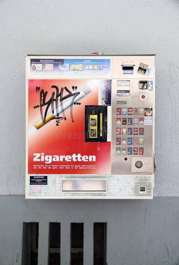 Торговый автомат сигареты стоковая фотография