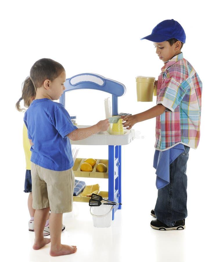 торговый автомат preschooler стоковое фото rf