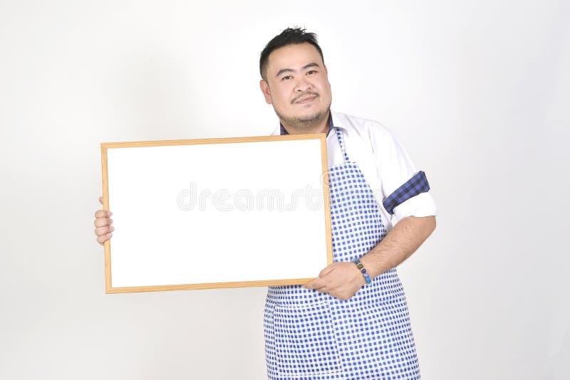 Торговый азиатский человек в белой и голубой рисберме к держать пустое белое обширное для положил некоторый текст или формулирова стоковые изображения rf