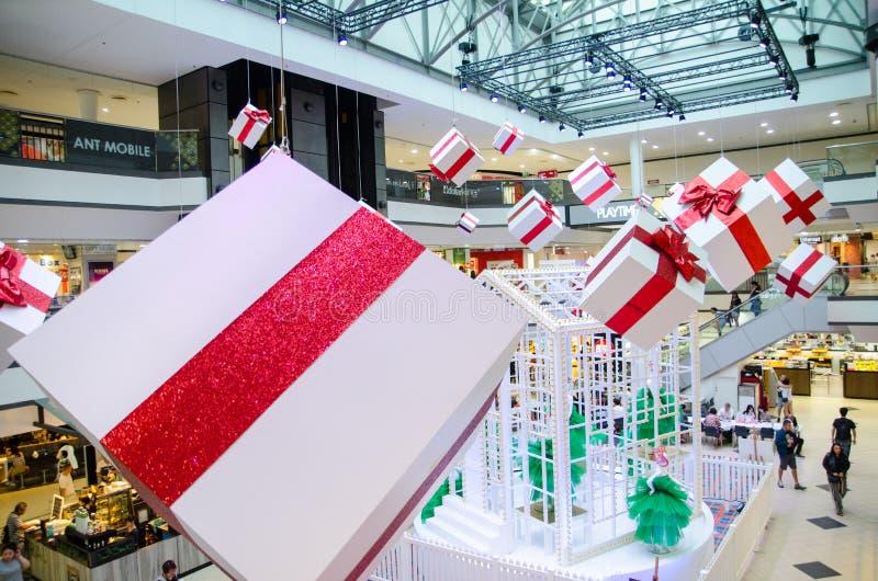 Торговый центр города рынка украшает с большой присутствующей коробкой на приходя сезон рождества, дня рождественских подарков и  стоковая фотография rf
