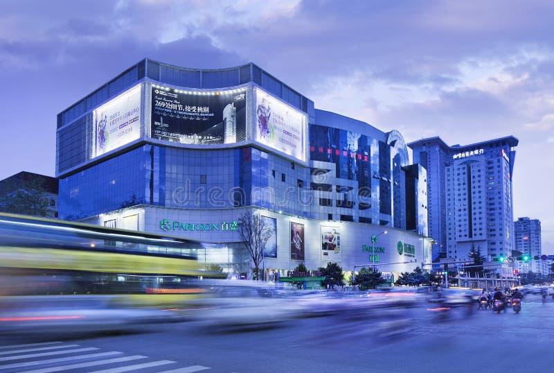Торговый центр на сумерк, Kunming Parkson, Китай стоковые фотографии rf