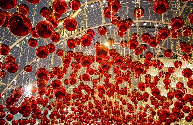 Торговый центр Emporium, дорога Sukhumvit, Бангкок, Таиланд на 18,2018 -го декабря: Украшение с красивыми красными шариками на du стоковая фотография rf