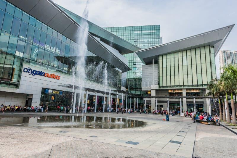 Торговый центр Tung Chung болезненное Lantau выхода CityGate людей islan стоковое фото