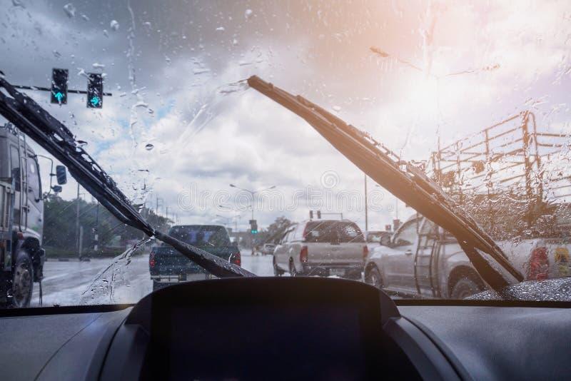 Торгуйте в тяжелом дождливом дне с взглядом дороги внутри окна автомобиля стоковые изображения