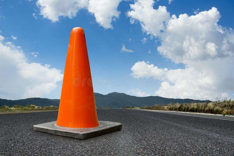 Торгуйте конусом на дороге с ярким голубым небом стоковое изображение
