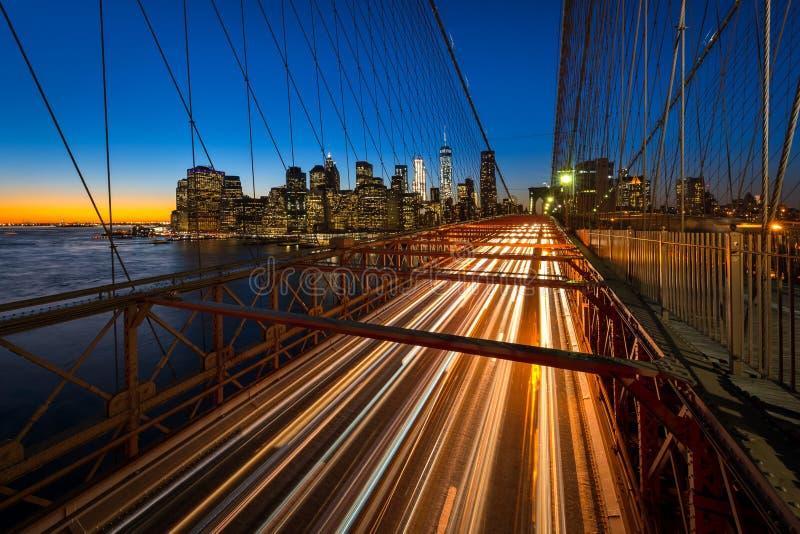 Торгуйте на Бруклинском мосте с более низкими небоскребами Манхаттана на заднем плане стоковые фото