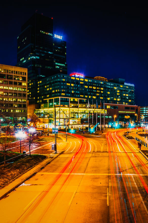 Торгуйте на светлой улице и современных зданиях на ноче, в Baltim стоковое изображение rf
