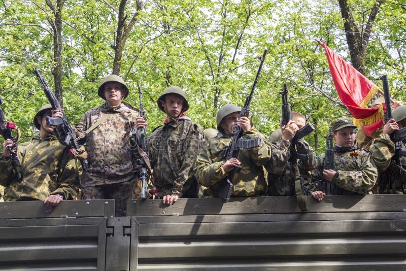 Download Торжественное шествие военизированного столбца воинских Equipmen Редакционное Стоковое Изображение - изображение насчитывающей пушки, защитник: 40582899