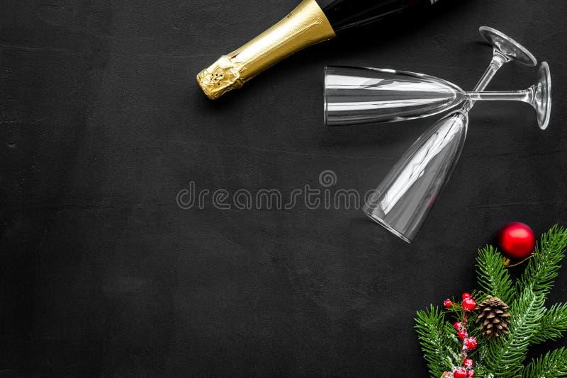Торжество 2019 Нового Года с елевой насмешкой взгляда сверху предпосылки ветви, шампанского и таблицы стекел черной вверх стоковые фотографии rf