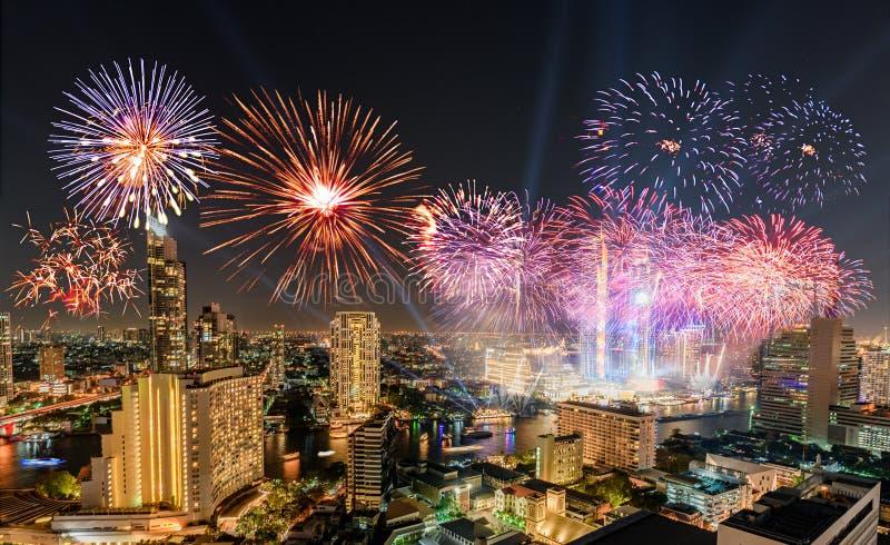 Торжество Нового года с красочными фейерверками на береге реки Chao Phraya с ориентиром здания Iconsiam Бангкока стоковые изображения rf