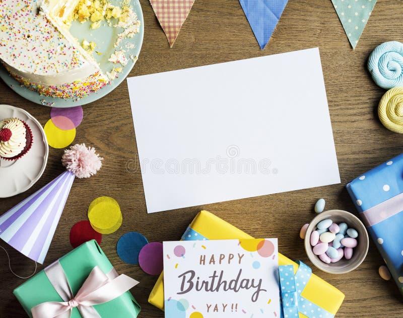 Торжество дня рождения с тортом представляет космос экземпляра карточки стоковая фотография