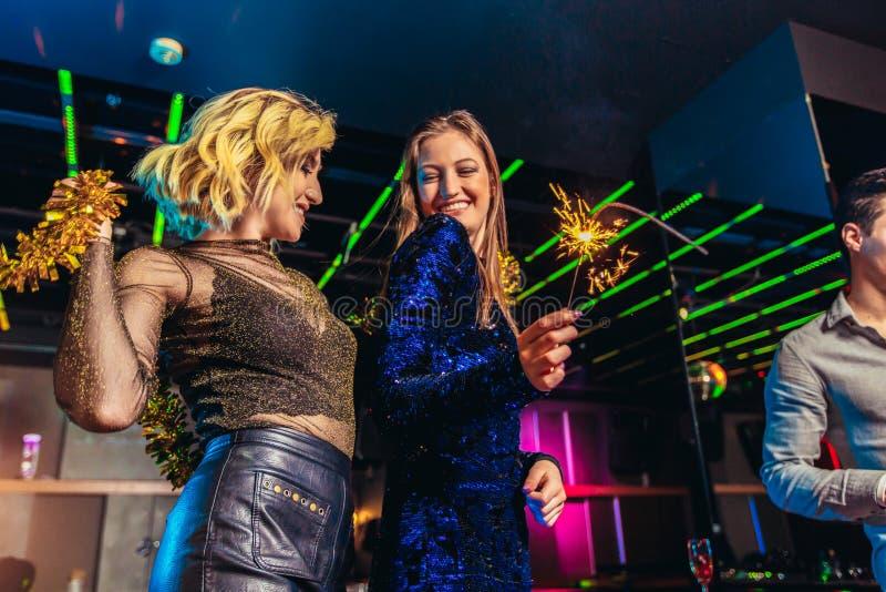 Торжество партии Нового Года с друзьями в клубе стоковое фото rf