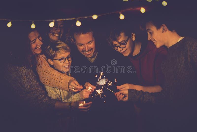Торжество партии ночи как канун Нового Года 2019 или chsristams для кавказского большого современного использования семьи сверкна стоковая фотография