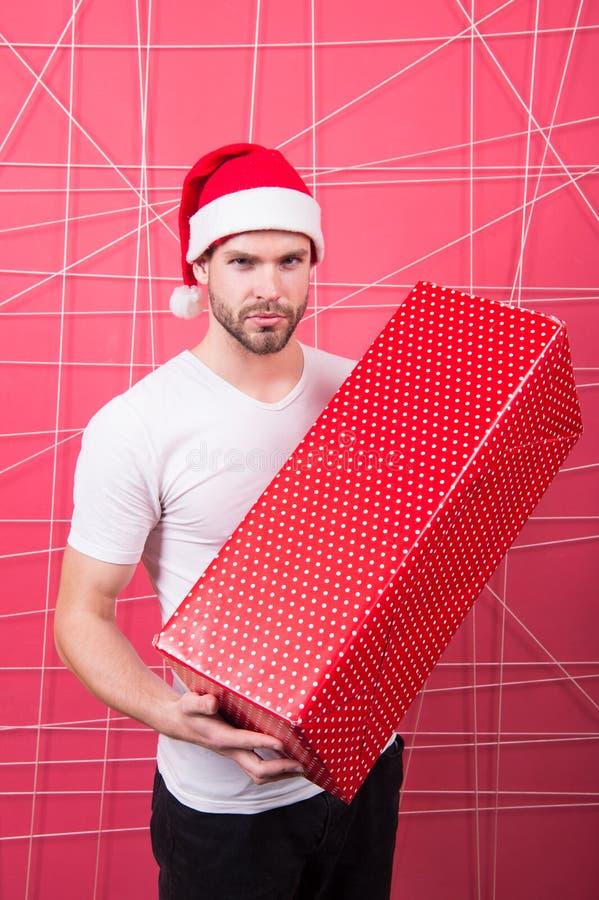 Торжество праздника рождества Подарочная коробка владением шляпы santa человека красивая небритая Концепция подарка рождества при стоковое изображение