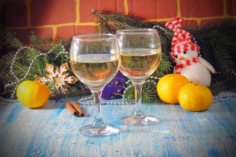 Торжество рождества и Нового Года с шампанским Праздник Нового Года украсил таблицу 2 стекла Шампани, тонизированный год сбора ви стоковые изображения rf