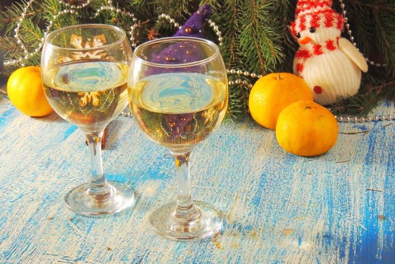 Торжество рождества и Нового Года с шампанским Праздник Нового Года украсил таблицу 2 стекла Шампани, тонизированный год сбора ви стоковое изображение