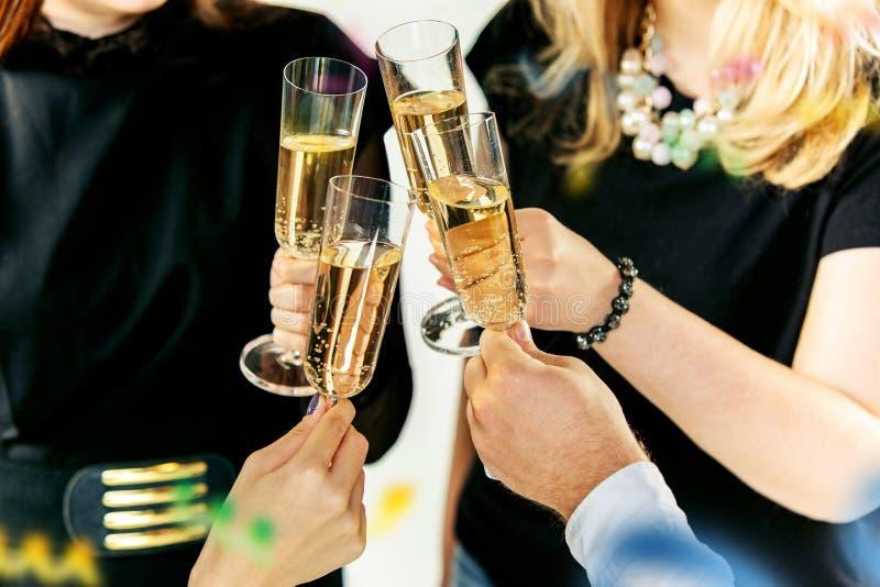 Торжество Руки держа стекла делать шампанского и вина здравица стоковые изображения rf