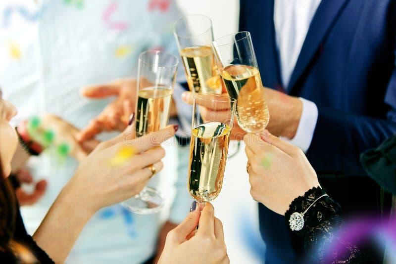 Торжество Руки держа стекла делать шампанского и вина здравица стоковое изображение