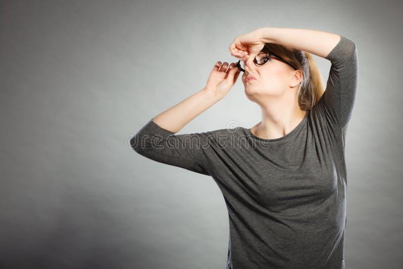 Тормозная девушка держа нос стоковые фото