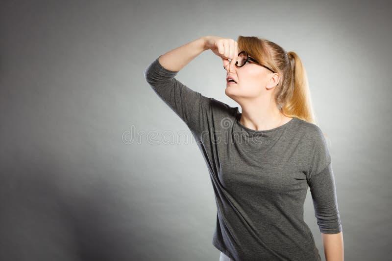 Тормозная девушка держа нос стоковое фото