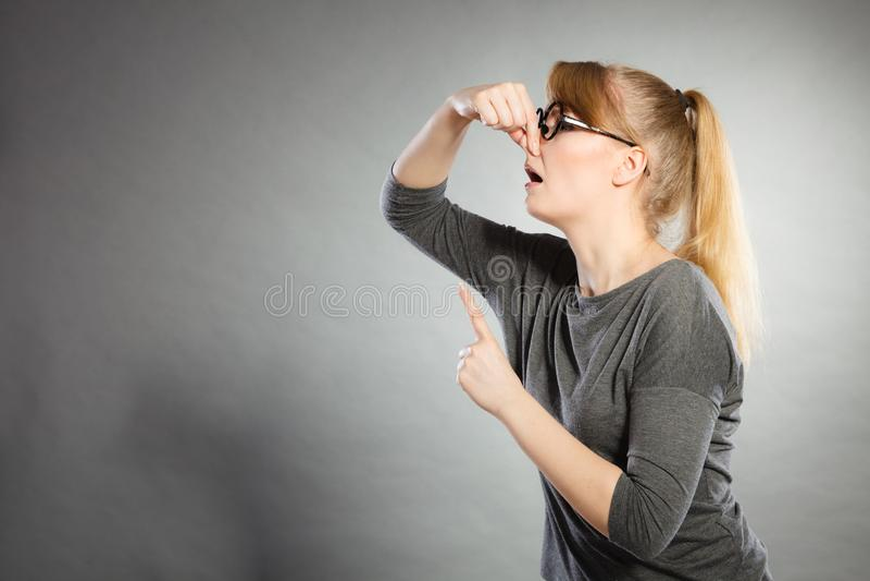 Тормозной нос удерживания девушки стоковая фотография rf