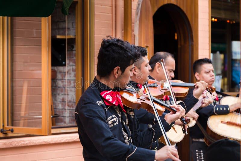 ТОРОНТО, ДАЛЬШЕ, КАНАДА - 29-ОЕ ИЮЛЯ 2018: Mariachi соединяет игры перед толпой в рынке ` s живом Kensington Торонто стоковое фото rf