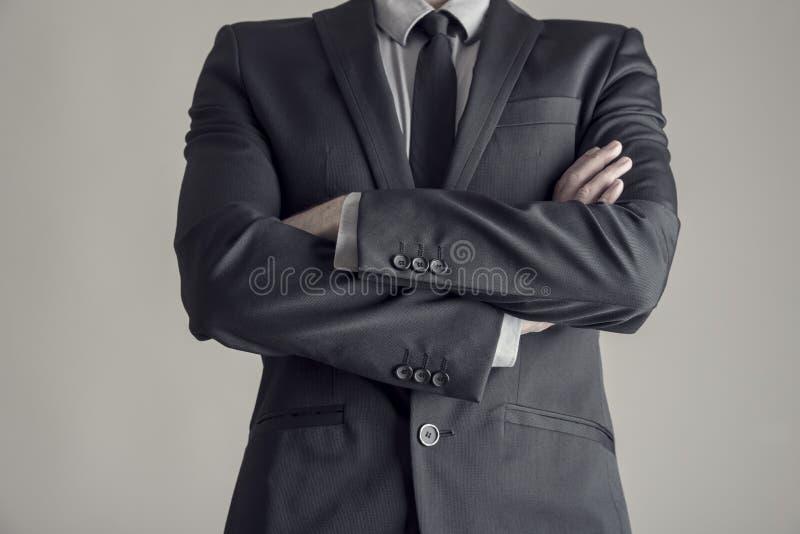 Торс бизнесмена стоя с сложенными оружиями стоковое изображение rf