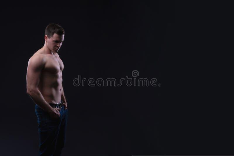 Торс красивого мужского показа фитнеса модельного нагой, мышечное тело Сильные руки, комод и мышцы и бицепс плеча Съемка o студии стоковые изображения