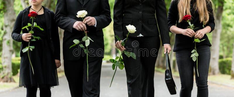 Торс семьи на кладбище оплакивая стоковое изображение