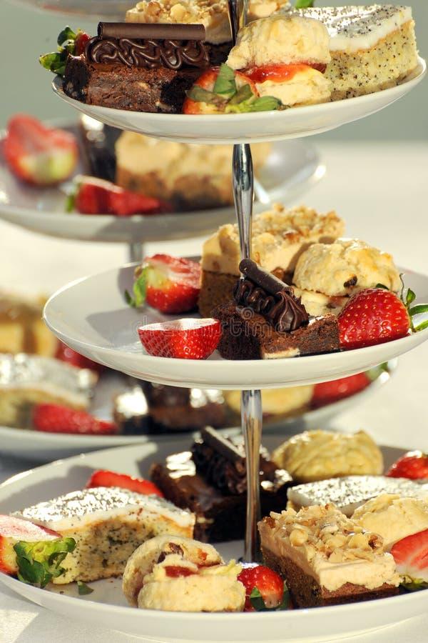 Торты вычуры на стойке торта стоковая фотография rf