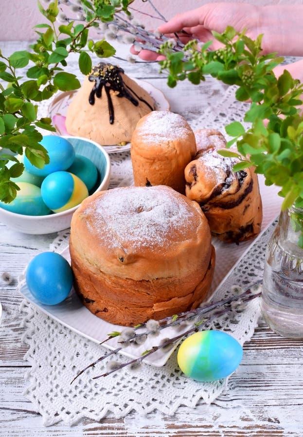 Торты пасхи, покрашенные яйца и paskha творога стоковые изображения