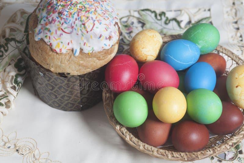 торты покрасили пасхальные яйца стоковые изображения rf