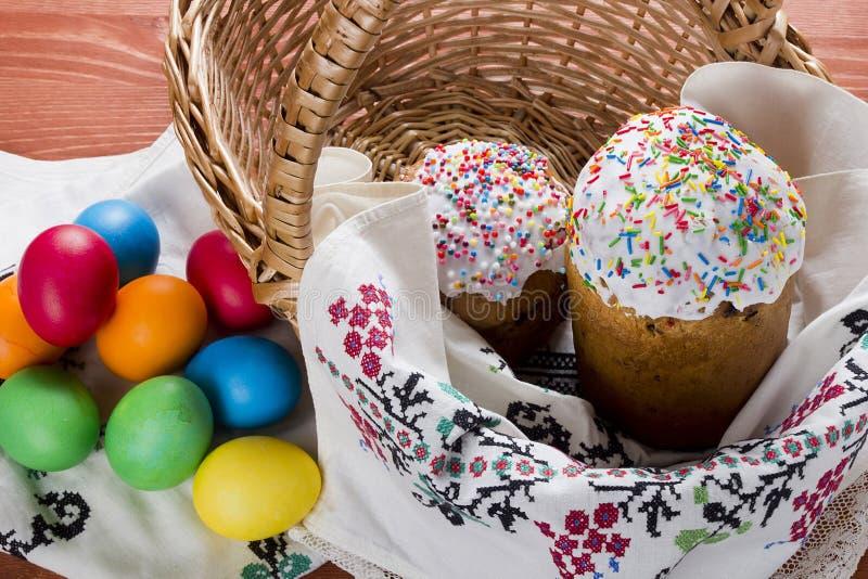 торты покрасили пасхальные яйца стоковые фото