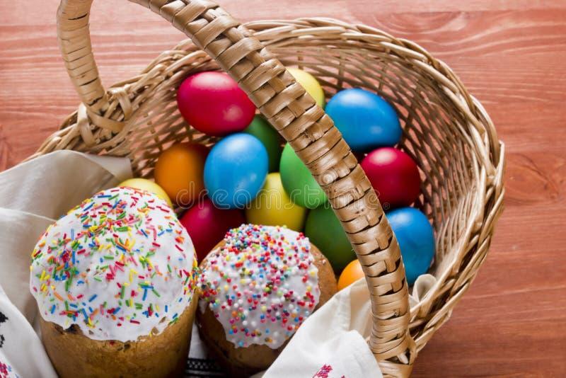 торты покрасили пасхальные яйца стоковое фото