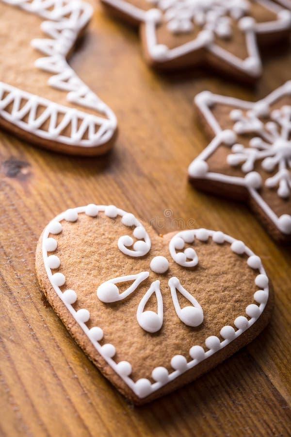 Торты помадки рождества Печенья пряника рождества домодельные на деревянном столе стоковые изображения rf