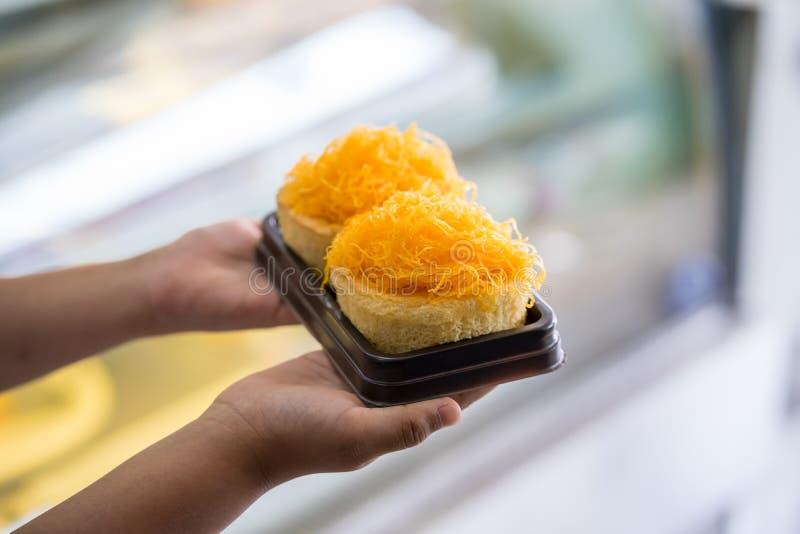 Торты потока яичного желтка золота на руке ребенк, тайской сладкой еде стоковая фотография rf