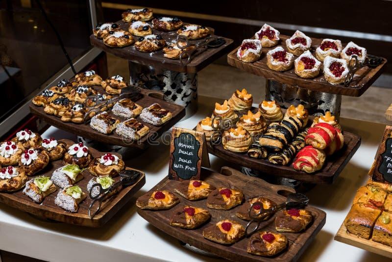 Торты, Dessetrs на таблице, который нужно служить стоковые изображения