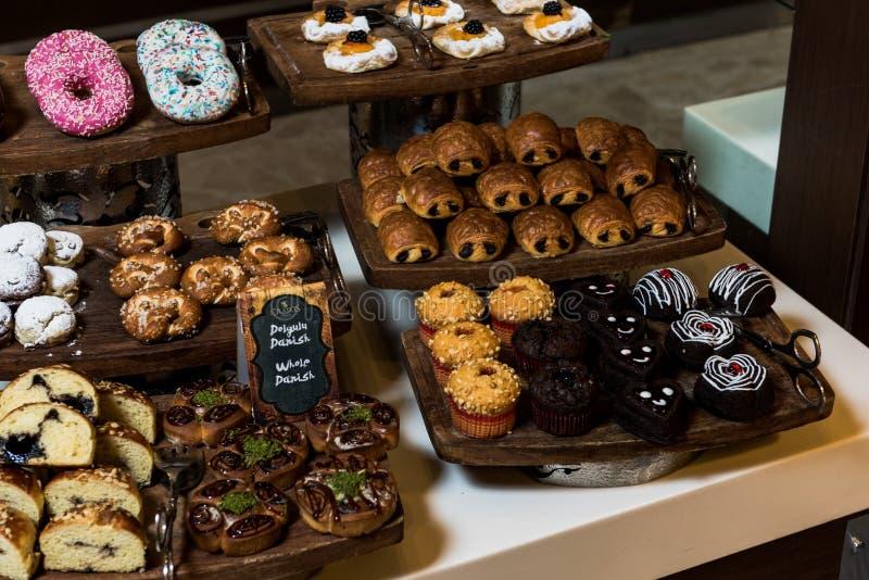 Торты, Dessetrs на таблице, который нужно служить стоковые фотографии rf