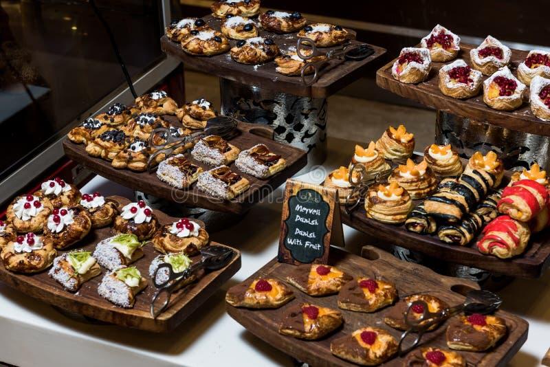Торты, Dessetrs на таблице, который нужно служить стоковое изображение