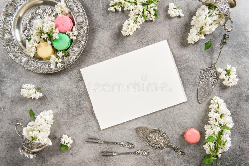 Торты Macaroon и бумага примечания для текста или рецепта стоковое фото